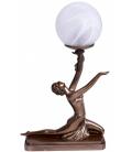 Figurální lampička ve stylu secese s dívkou nesoucí světlo