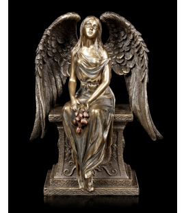 Sedící anděl s kyticí růží