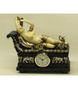 Figurální hodiny s ležící dívkou s hrozny