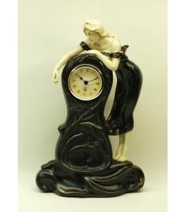 Figurální hodiny s dívkou