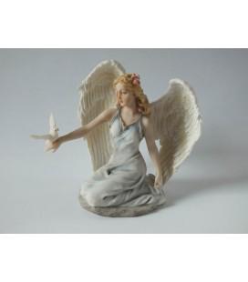 Soška dívky anděla s holoubátkem